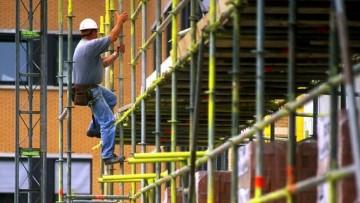 Le morti bianche in edilizia diminuiscono, ma aumentano le cadute dall'alto