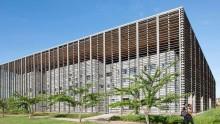 Una galleria in legno avvolge la biblioteca dell'Universita' di Cayenne