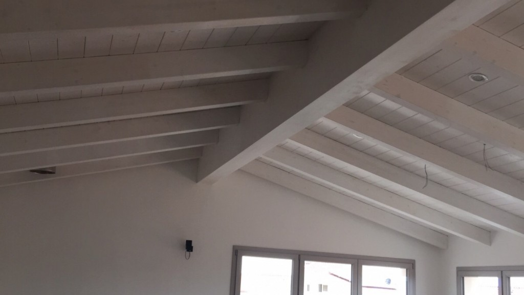 Una nuova mansarda con tetto in legno per una casa in sardegna